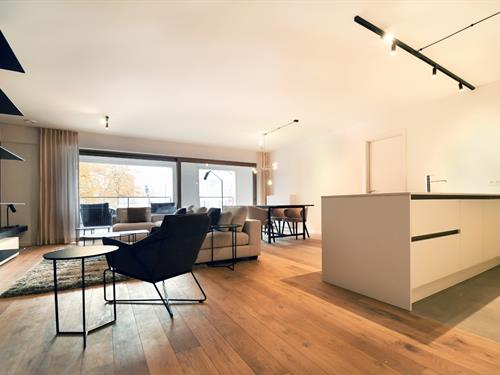 Spacious 3 bedroom apartment with sunny terrace